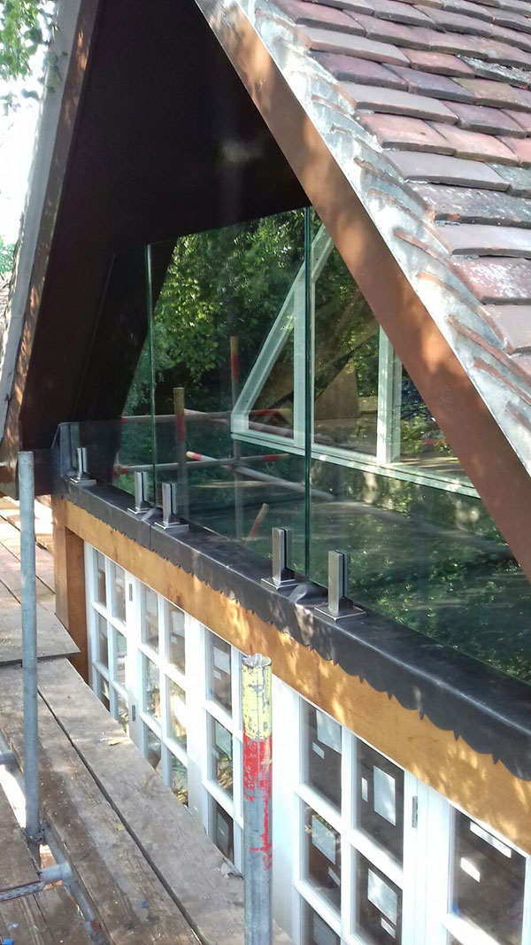 Glass and spigot balcony